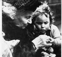 Maria Montessori con un bimbo