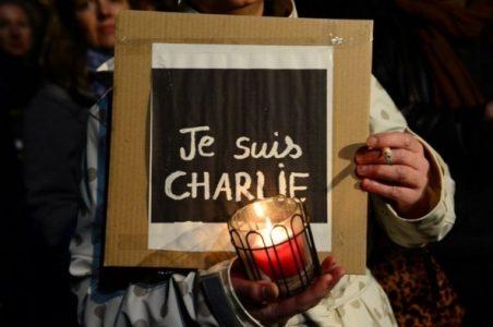 Un cartellone durante una manifestazione contro l'attentato a Charlie Hebdo
