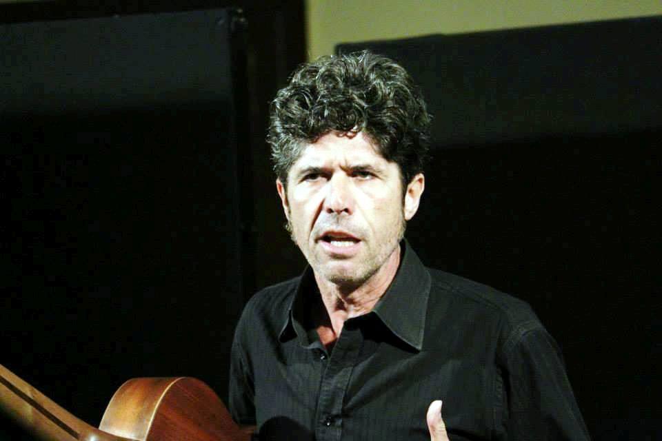 Nella foto Carlo Barbera, cantastorie della tradizione siciliana e attore teatrale