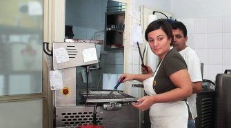 Rosa Scudera nel suo laboratorio dove lavora le praline di cioccolato