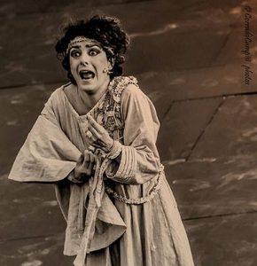 Evelyn Famà durante le tragedie greche a Siracusa
