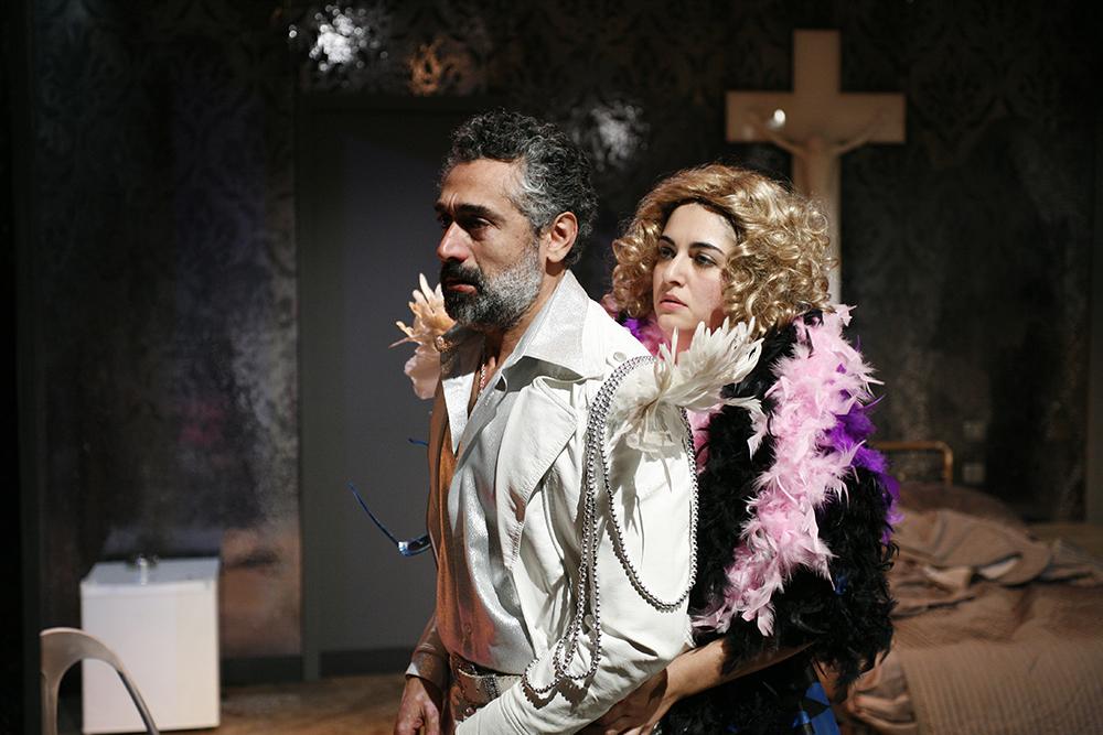 Nella foto una scena di Crollasse il mondo con Alessandra Mortelliti e David Coco