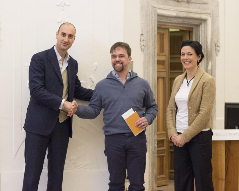 Nella foto la premiazione del vincitore dello scorso anno del concorso indetto da Culture possibili. Da sinistra, Antonio Rapisarda, Matteo Tibiletti e Bianca Caccamese.
