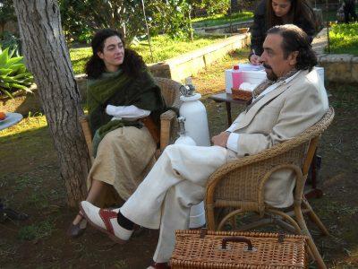 """Evelyn Famà e Nino Frassica durante una pausa del film """"Un milione di giorni"""" diretto da Manuel Giliberti"""