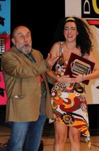 Evelyn Famà vince il Festival nazionale del cabaret nel 2009. Premiata da Enrico Beruschi
