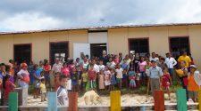 Marco Antonio Molino con gli alunni della scuola di Calipso, in Perù