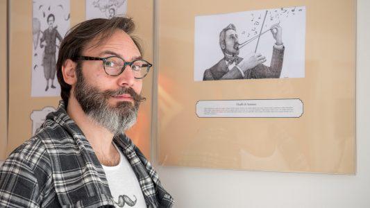 Nella foto Antonio Bonanno accanto al suo autoritratto