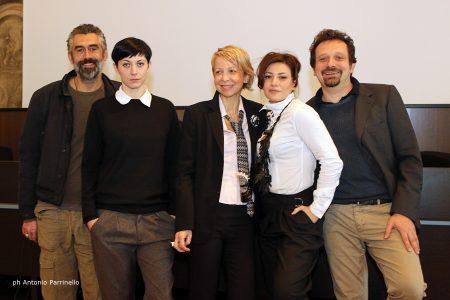Nella foto il regista de L'indecenza, Gianpiero Borgia (il primo da destra), il cast (David Coco, Valeria Contadino e Elena Cotugno) e al centro Elvira Seminara (foto di Antonio Parrinello)