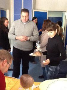 Padre Francesco regala le uova di Pasqua al piccolo Giuseppe e la colomba pasquale  alla sua mamma