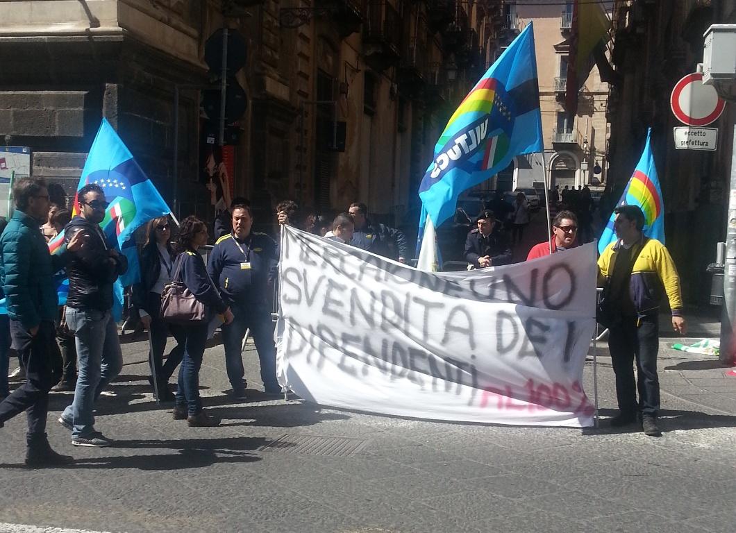 I lavoratori del Mercatone Uno protestano di fronte la Prefettura