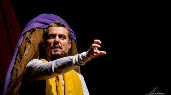 L'attore Emanuele Puglia in una scena dello spettacolo Si chiamava Gesù