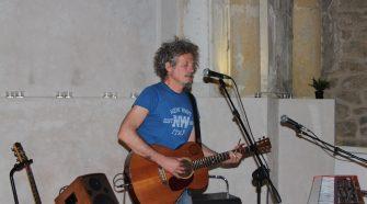 Nella foto Niccolò Fabi durante il concerto segreto a Enna (foto di Angela Marina Strano)