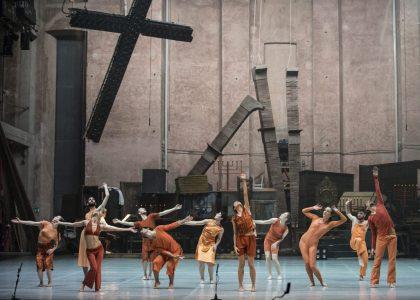 """La Compagnia Zappalà Danza in un momento dello spettacolo """"La nona"""" . Foto Serena Nicoletti"""