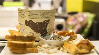 Il menù di Don Cola presentato con la cartina della Sicilia e i luoghi di provenienza dei prodotti