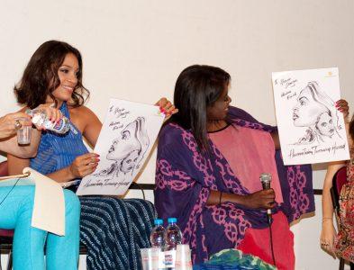 Rosario Dawson e Abrima Erwiah ricevono un omaggio da disegnatore. Foto Caterina Palermo