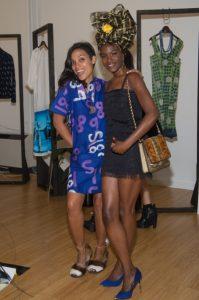 Rosario Dawson insieme ad una modella che indossa un abito da lei disegnato