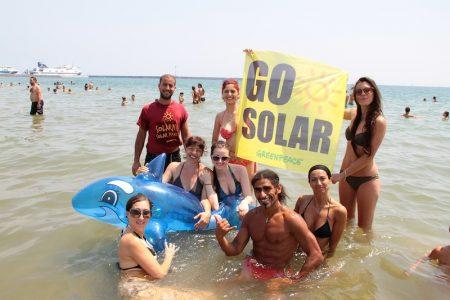 Volontari di Greenpeace e turisti insieme per l'energia rinnovabile