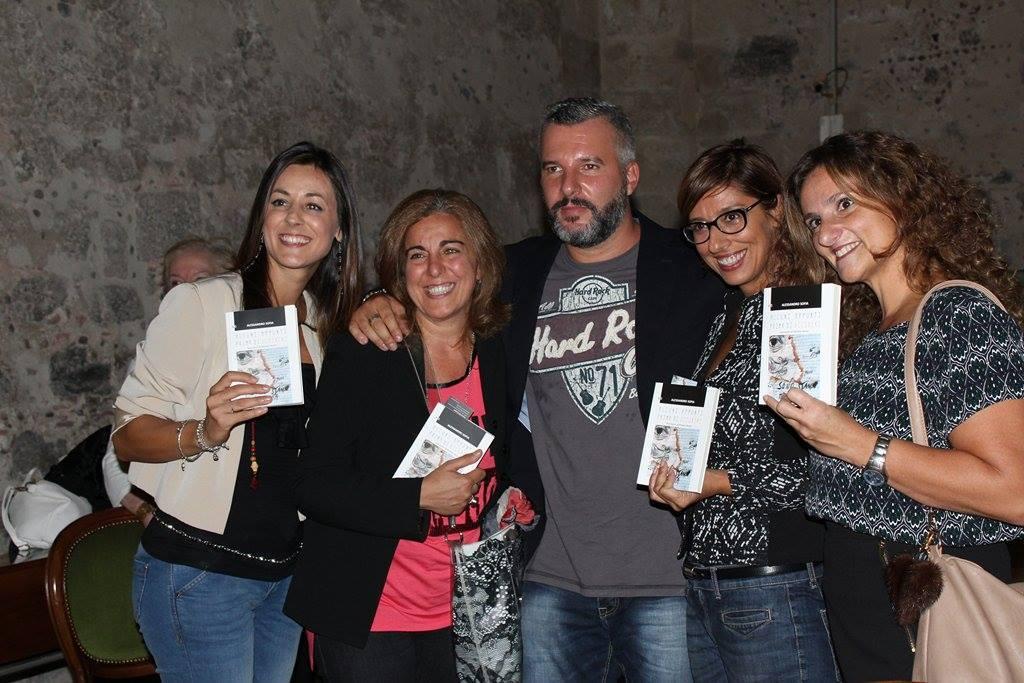 Al centro lo scrittore Alessandro Sofia