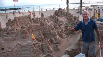 Nella foto Antonio Iannini con le sue sculture di sabbia. Foto Brunella Bonaccorsi