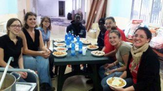 I due giovani migranti insieme ai volontari della Caritas