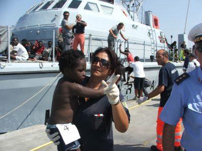 Tra i tanti migranti, moltissimi bambini sono stati aiutati dalle volontarie di Portopalo