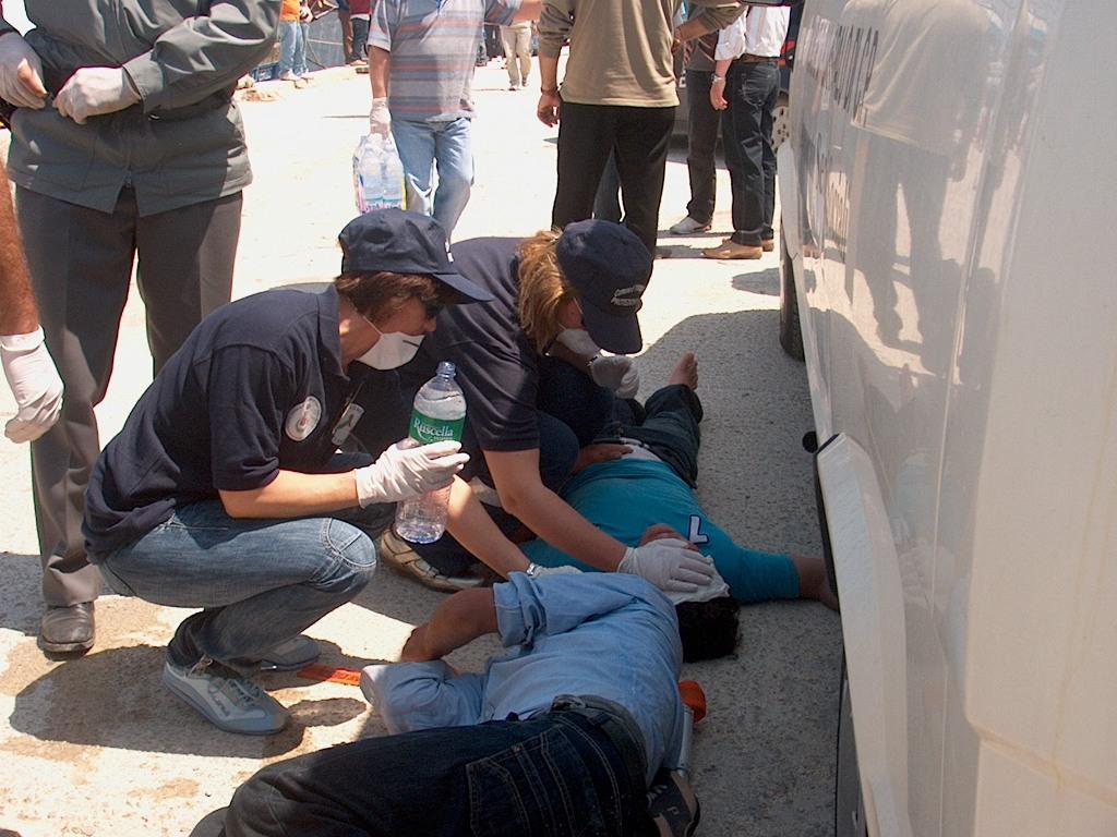 Le donne di Portopalo, volontarie della protezione civile soccorrono dei migranti