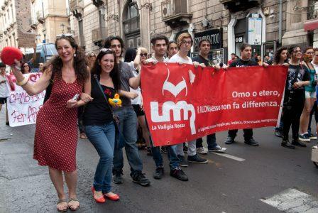 La valigia rossa ha sfilato durante il Gay pride 2015 a Catania. a destra la presidente Cristina Luzzi. Foto Brunella Bonaccorsi