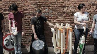 I Bamboo, suonano con oggetti ricavati da oggetti di uso comune