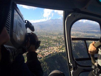 Le riprese dall'elicottero sugli agrumeti con sfondo dell'Etna