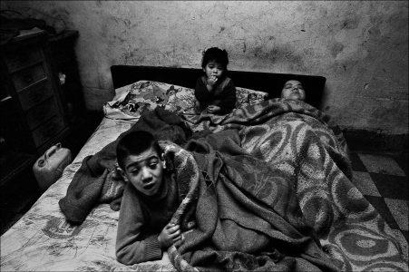 La donna ed i suoi bambini stanno sempre a letto. In casa non ci sono nè luce nè acqua Palermo, 1978 Courtesy Letizia Battaglia