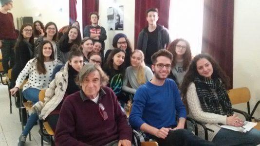 Giovanni Ghiselli insieme ai ragazzi del liceo Capizzi di Bronte