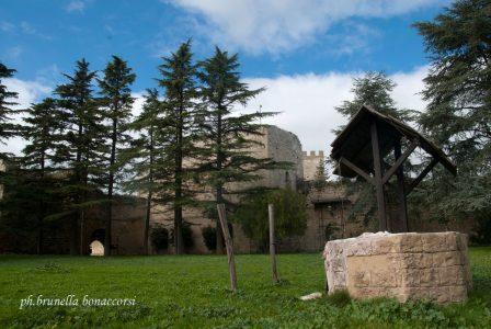 L'interno del castello di Lombardia. Tutte le domeniche si possono incontrare gli antichi arcieri che si allenano. Foto Brunella Bonaccorsi