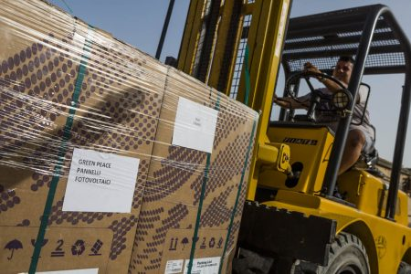 I pannelli solari donati al sindaco di Lampedusa