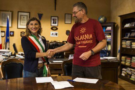 Il sindaco di Lampedusa Giusi Nicolini con un esponente di Greenpeace