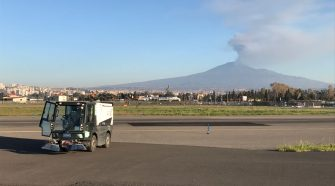 cenere etna Catania, spazzatrice al lavoro per rimuovere la cenere dell'Etna, 18 03 2017